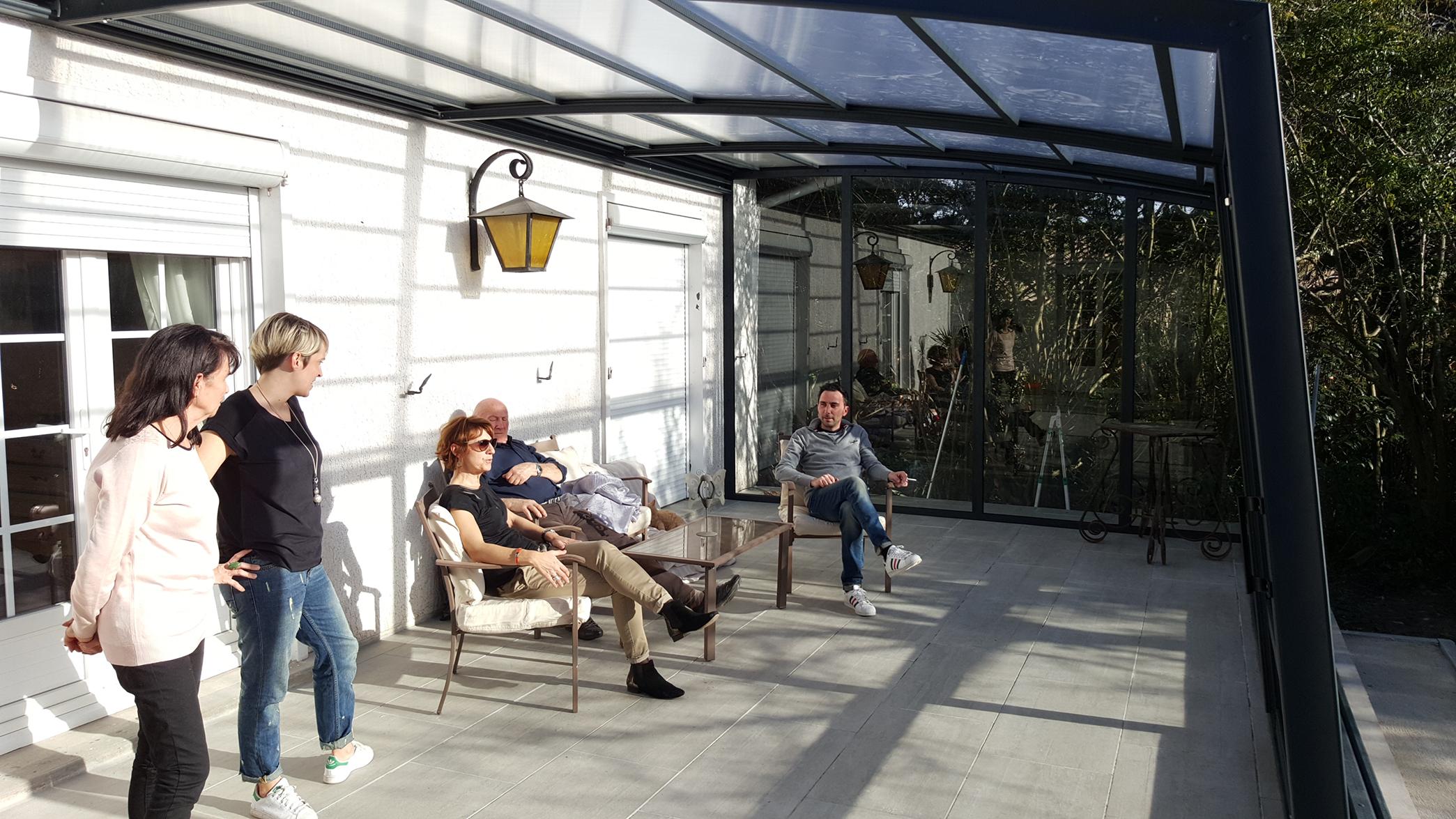 famille détente sous l'abri de terrasse